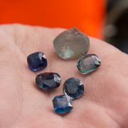یاقوت های کبود معدن صخره های یونان مونتانا